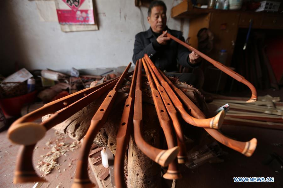 Villager Gao Zhenbao checks the poles of Erhu, a Chinese two-stringed bowed instrument at Yuequan Village of Miaoshan Town in Linyi City, east China\'s Shandong Province, Jan. 8, 2019. Yuequan is famous for its time-honored handmade Erhu, with more than 90 households dedicated to it in the village. (Xinhua/Zhang Chunlei)