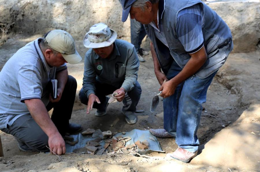 Archaeologists from China and Uzbekistan work at Mingtepa, a 2,000-year-old site in Uzbekistan. (Photo/CHINA DAILY)