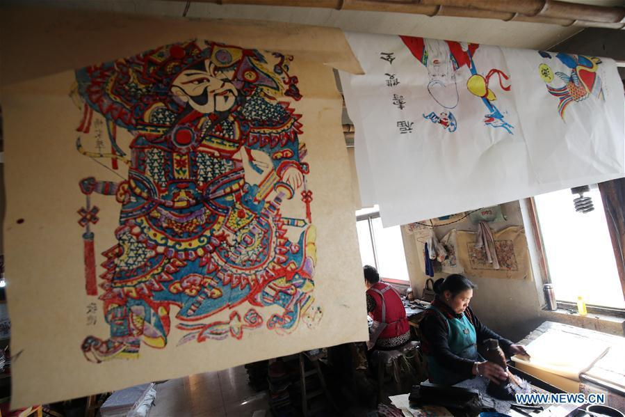 Folk artists print woodblock New Year paintings in Yangjiabu Village of Hanting District in Weifang, east China\'s Shandong Province, Jan. 8, 2019. Local folk artists are busy making woodblock New Year paintings for the upcoming Spring Festival, which starts from the first day of the first month of the Chinese lunar calendar, or Feb. 5 this year. (Xinhua/Zhang Chi)