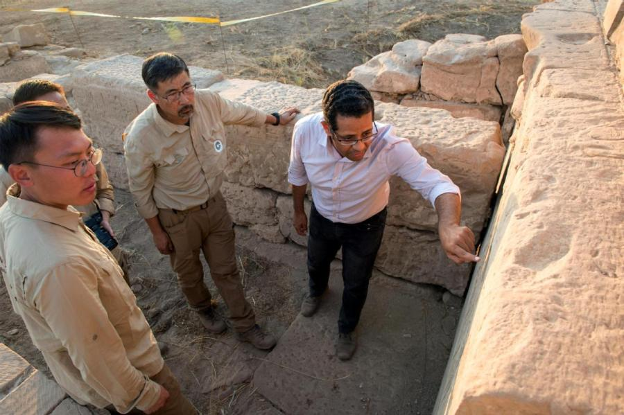 Chinese and Egyptian archaeologists explore the Temple of Montu site, which dates to ancient Egypt\'s New Kingdom period. (MENG TAO/XINHUA)