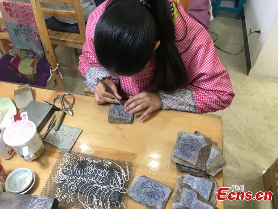 Artisans use silver thread to make crafts in Chengdu City, Southwest China\'s Sichuan Province. The craft dates back to the Song Dynasty (960-1279) and involves time-consuming, elaborate steps to pull a one-meter silver piece into a 1000-meter thin thread, which is then used to make all kinds of handmade works. In 2008, the craft was included as a national intangible cultural heritage. (Photo: China News Service/Zhong Xin)