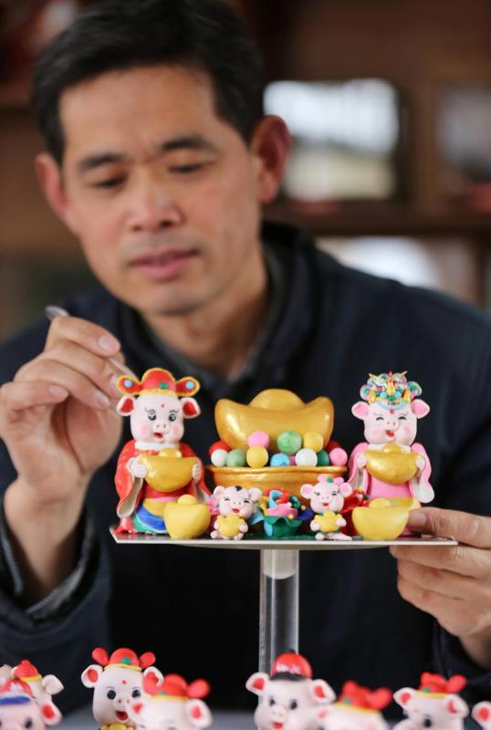 Zuo Ansheng makes dough figurines of pigs in Linyi city in East China\'s Shandong Province on Jan. 8, 2019.  (Photo/Asianewsphoto)