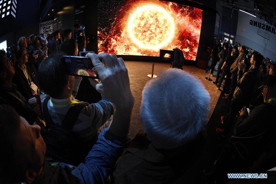 Visitors watch a display of Samsung during the Consumer Electronics Show (CES) in Las Vegas, the United States, on Jan. 8, 2019. 2019 CES highlights new displays from global companies, such as LG, Samsung and Sharp. CES, the world\'s largest trade show to present new products and technologies in the consumer electronics industry, runs till Friday, attracting about 4,500 exhibitors and 180,000 attendees in 2019. (Xinhua/Liu Jie)