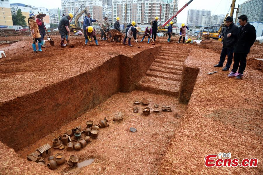 More than 30 cultural relics, including bronze and pottery ware, have been unearthed during excavations at a site in downtown Guigang City, South China\'s Guangxi Zhuang Autonomous Region. Local archaeological authorities have discovered more than 100 ancient tombs dating back to the Western Han Dynasty (207BC-AD25) and the Qing Dynasty (1644-1911). (Photo: China News Service/Zhang Zhirong)