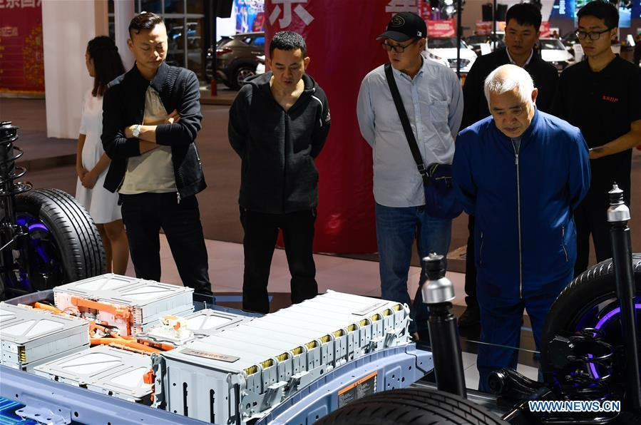 Visitors view the chassis of a car displayed at Haikou New Energy Vehicle Exhibition in Haikou, south China\'s Hainan Province, Jan. 10, 2019. A total of 197 new energy vehicles were displayed at the exhibition. (Xinhua/Yang Guanyu)