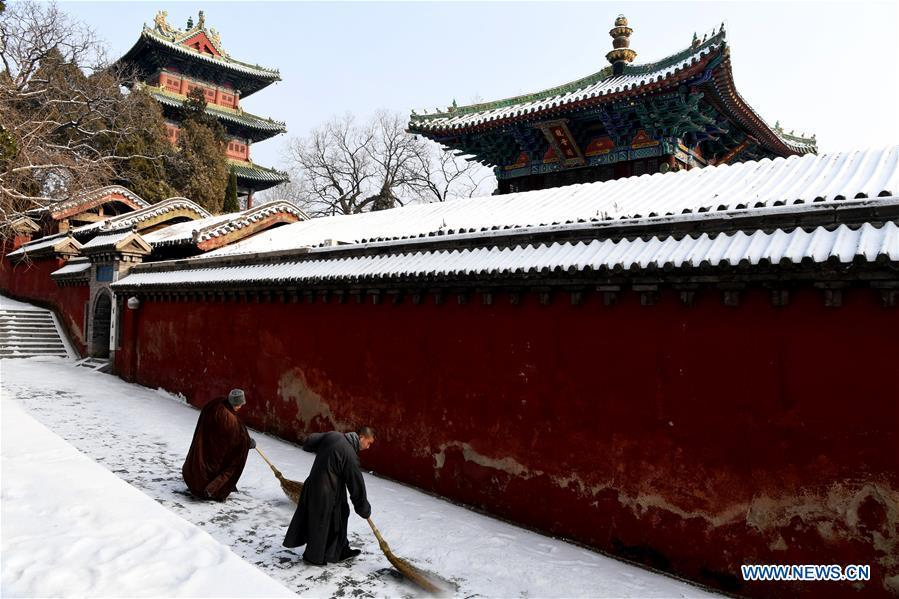Monks clean snow at the Shaolin Temple in Dengfeng City, central China\'s Henan Province, Jan. 10, 2019. (Xinhua/Zhu Xiang)