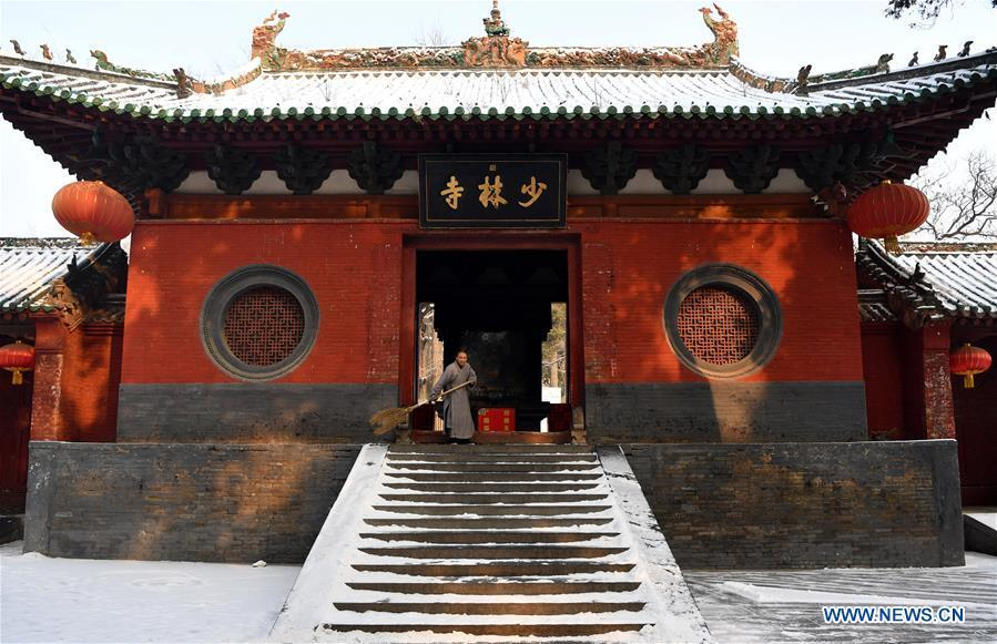 A monk cleans snow at the Shaolin Temple in Dengfeng City, central China\'s Henan Province, Jan. 10, 2019. (Xinhua/Li Jianan)