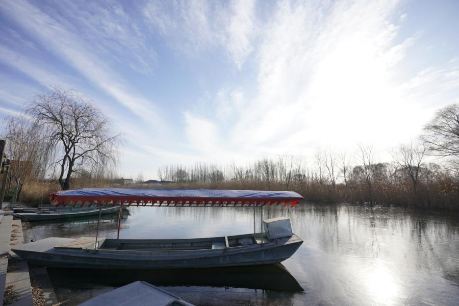 A boat is moored on Baiyangdian Lake in Xiongan New Area, North China\'s Hebei Province, Dec. 7, 2018. (Photo/Xinhua)