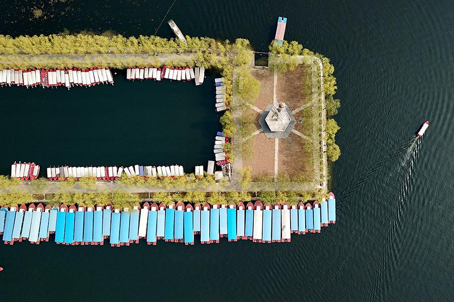 An aerial photo shows a tourist pier in Baiyangdian Lake in Xiongan New Area, North China\'s Hebei Province, March 30, 2018. (Photo/Xinhua)
