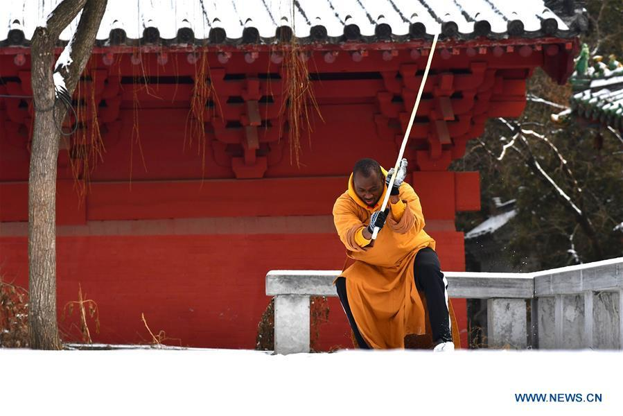 A foreign Kungfu enthusiast exercises martial arts after a snow at the Shaolin Temple in Dengfeng City, central China\'s Henan Province on Jan. 10, 2019. (Xinhua/Feng Dapeng)