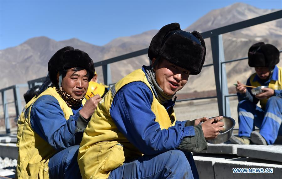 Workers have lunch at the construction site of the Lhasa-Nyingchi section of the Sichuan-Tibet Railway in southwest China\'s Tibet Autonomous Region, on Nov. 26, 2018. In 2018, an investment of 4.2 billion yuan (623 million U.S. dollars) was made in railway construction in the region. (Xinhua/Chogo)