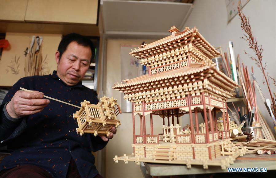 Craftsman Zhao Runsheng displays Chinese knots made of sorghum straws at a studio in Jingxing mining area of Shijiazhuang City, capital of north China\'s Hebei Province, Jan. 10, 2019. Sorghum straw handicrafts with various shapes in Jingxing Mining Area are a provincial intangible cultural heritage and a typical folk art in Hebei Province. (Xinhua/Liang Zidong)