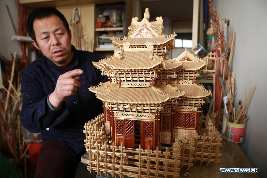 Craftsman Zhao Runsheng introduces his handicraft work made of sorghum straws at a studio in Jingxing mining area of Shijiazhuang City, capital of north China\'s Hebei Province, Jan. 10, 2019. Sorghum straw handicrafts with various shapes in Jingxing Mining Area are a provincial intangible cultural heritage and a typical folk art in Hebei Province. (Xinhua/Liang Zidong)