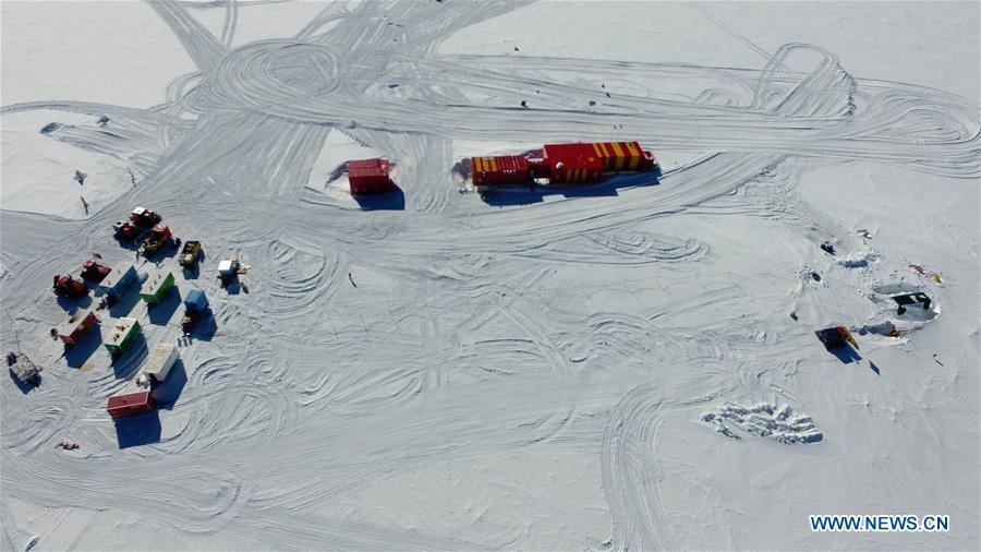 Aerial photo taken on Jan. 13, 2019 shows the camp of one of two inland expedition teams on China\'s 35th Antarctic expedition (L), China\'s Kunlun Station (C), and the drilling equipment (R) at the Kunlun Station in Antarctica. (Xinhua/Liu Shiping)