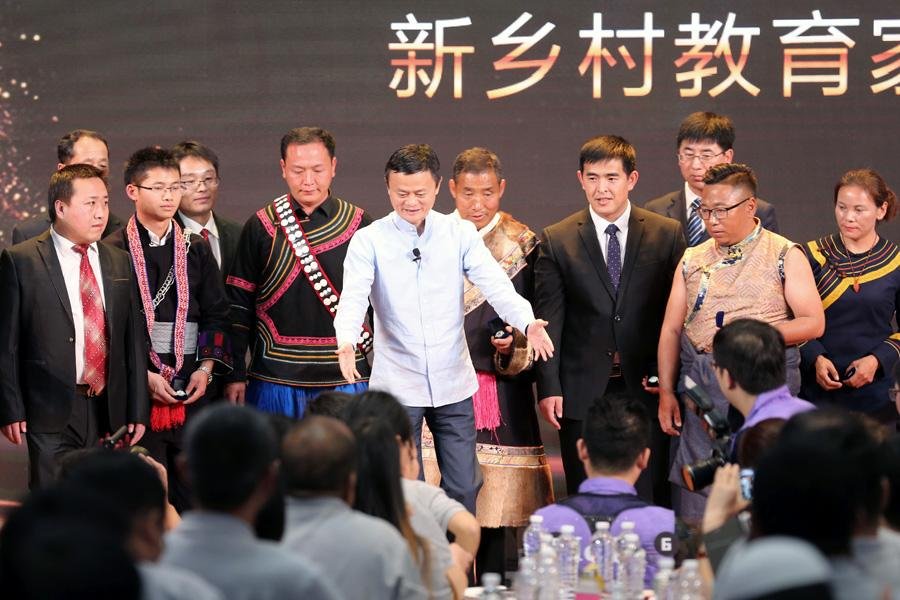 Jack Ma is surrounded by the award-winning rural headmasters in Sanya, South China\'s Hainan Province, on Jan. 13, 2019. (Photo provided to chinadaily.com.cn)