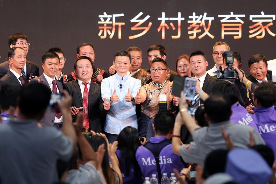 Jack Ma is surrounded by the award-winning rural headmasters in Sanya, South China\'s Hainan Province, on Jan. 13, 2019. (Photo provided to chinadaily.com.cn)  The Jack Ma Rural Teacher Award ceremony was held in Sanya, South China\'s Hainan Province, on Sunday.  Among those at the event, themed \