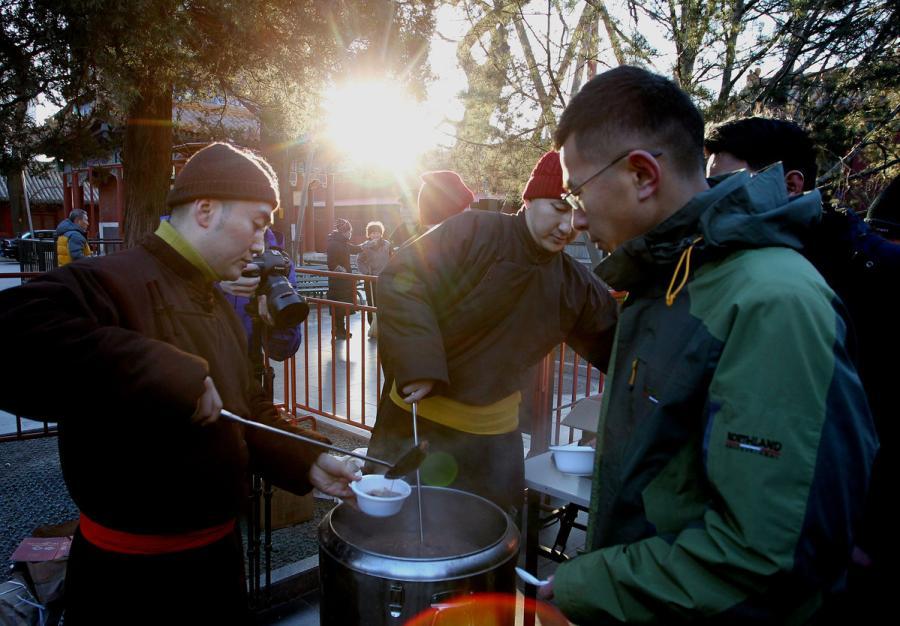 Volunteers serve freshly cooked Laba porridge at Yonghe Temple, Beijing, on Jan. 13, 2019. (Photo/China Daily)