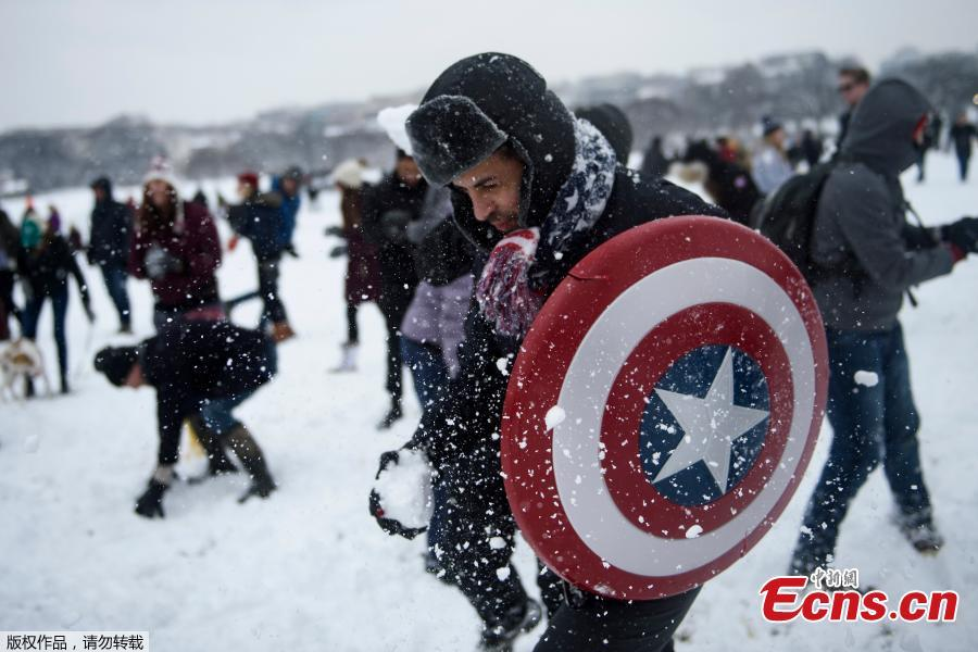 People play snowball fight in snow near the Washington Monument in Washington D.C., the United States, on Jan. 13, 2019.  (Photo/Agencies)
