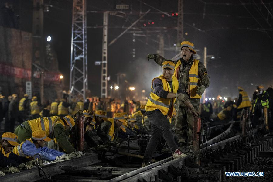 Workers connect rails on the construction site of Xi\'an Railway Station in Xi\'an, capital of northwest China\'s Shaanxi Province, Jan. 15, 2019. After six hours of continuous overnight work of 1,000 plus workers, the reconstruction and extension project of the Xi\'an Railway Station entered the phase of main project construction on Tuesday, which laid a solid foundation for the upcoming Spring Festival travel rush. (Xinhua/Tao Ming)