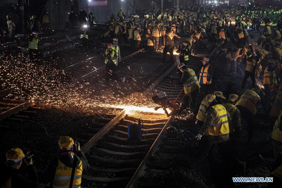Workers are seen on the construction site of Xi\'an Railway Station in Xi\'an, capital of northwest China\'s Shaanxi Province, Jan. 15, 2019. After six hours of continuous overnight work of 1,000 plus workers, the reconstruction and extension project of the Xi\'an Railway Station entered the phase of main project construction on Tuesday, which laid a solid foundation for the upcoming Spring Festival travel rush.(Xinhua/Tao Ming)