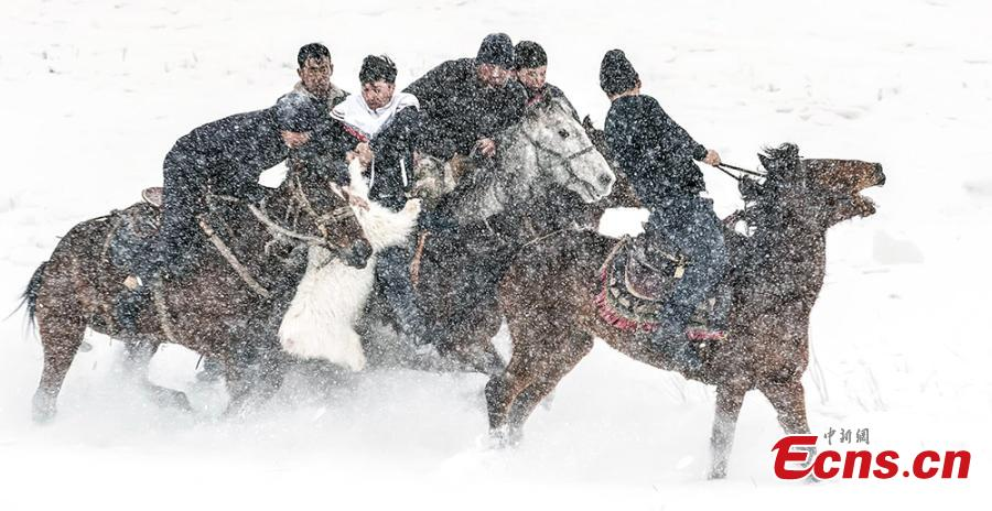 An ice and snow festival in Yining County, Northwest China\'s Xinjiang Uygur Autonomous Region in mid-January included a show of traditional sports - such as catching a sheep while riding a horse - while traditional costumes and handicrafts were also on display. (Photo: China News Service/Wang Yujun)