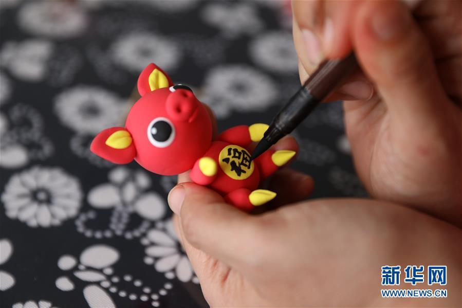 By using colored clay, sculpting knives and brush pen, Jiang breathed life into the dirt and designed different characters in vivid depiction. (Photo/Xinhua)