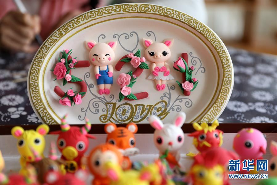 To celebrate the upcoming Year of the Pig, a Chinese folk artist created dozens of cute piggy figurines with traditional clay sculpting technique, Jan. 14, in east China\'s Rongcheng city, Shandong Province. (Photo/Xinhua)