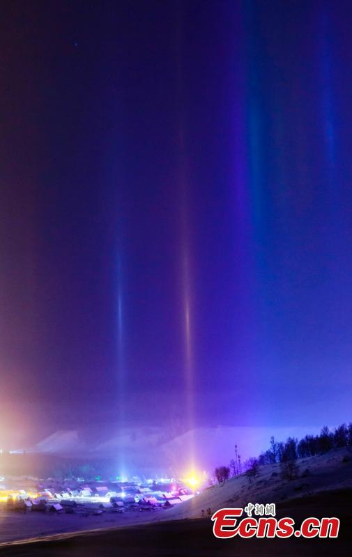 Natural light beam appears at Hemu Village, Altay, Northwest China\'s Xinjiang Uygur Autonomous Region as temperatures drop to 30 minus degrees. The sword-like light beam straight into the starry sky is a natural phenomenon, the reflection of ice crystals in the cold night air. (Photo: China News Service/Lei Dongxiang)