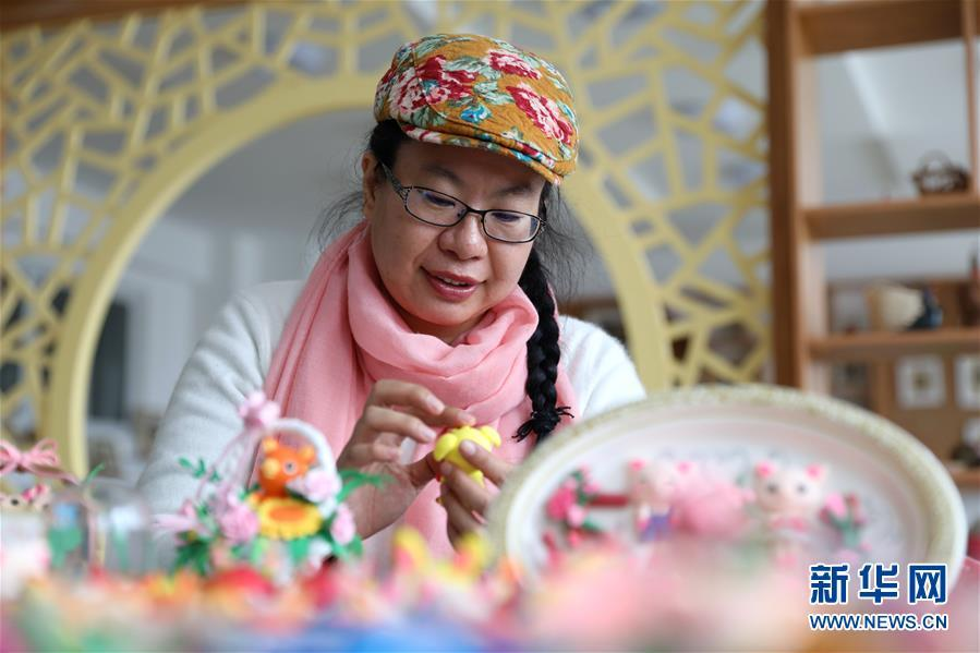 The artist, Jiang Xuejie, is an inheritor of the local clay sculpting technique in east China\'s Rongcheng city, Shandong Province. (Photo/Xinhua)