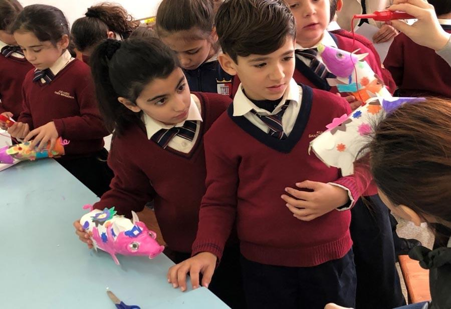 Students make paper pig figurines at a primary school in Kalkara, Malta, on Jan. 10, 2019.  (Photo/Chinaculture.org)