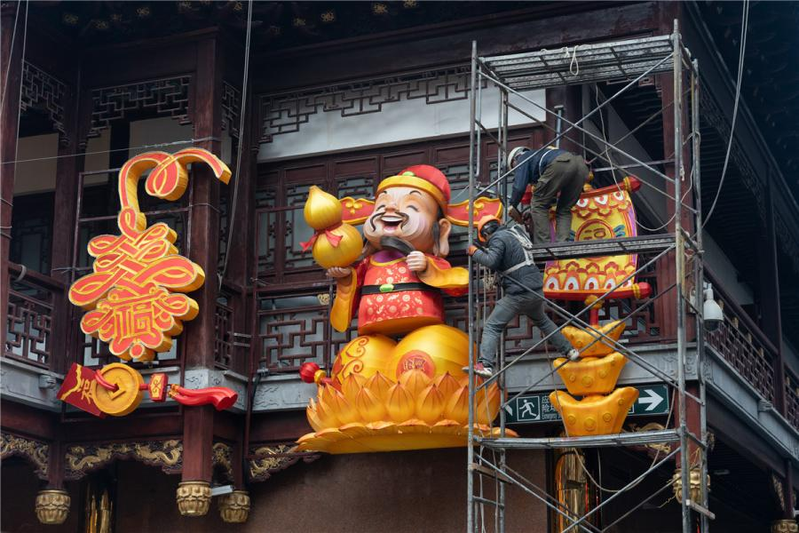 Workers install lanterns at Yu Garden. The show will start later this month. (Photo/chinadaily.com.cn)