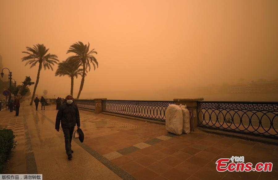 A man covers his face during a sandstorm near the River Nile in Cairo, Egypt, Jan. 16, 2019. Egypt\'s capital Cairo and some of its port cities were hit by a severe sandstorm, with strong winds and heavy dust forcing the closure of several ports. (Photo/Agencies)