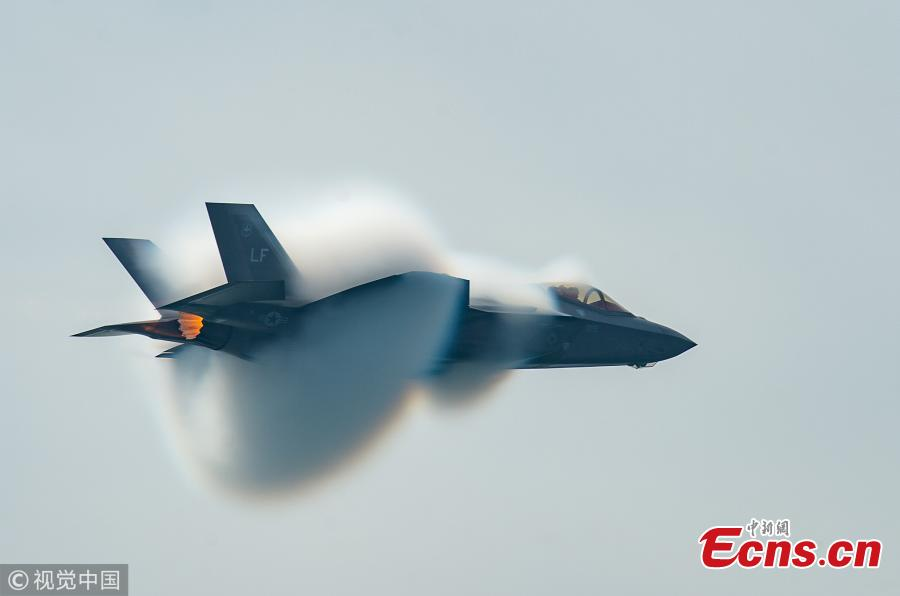 """Capt. Andrew """"Dojo"""" Olson, F-35 Heritage Flight Team pilot and commander, performs a high-speed pass during the Canadian International Air Show in Toronto, Sept. 1, 2018. (Photo/VCG)"""
