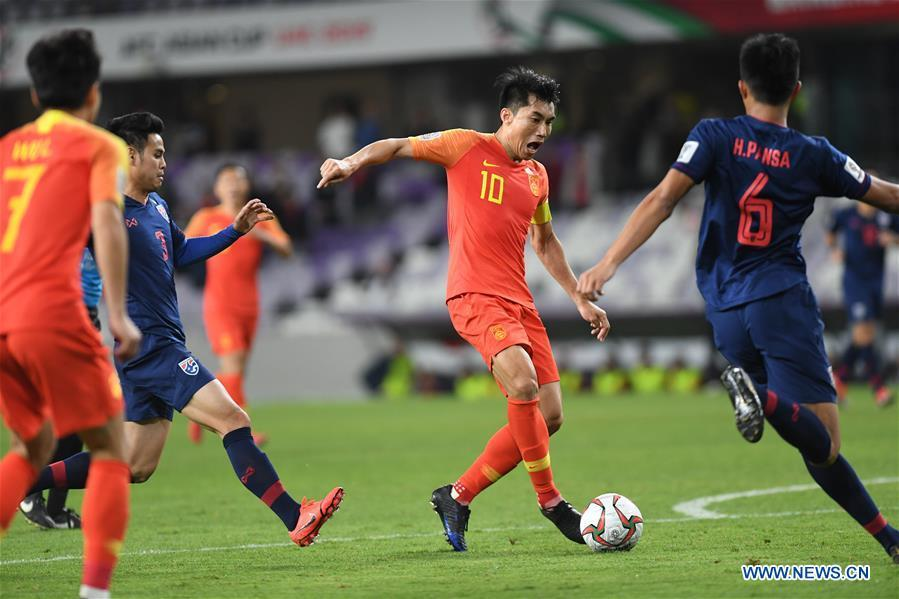 China\'s Zheng Zhi (2nd R) breaks through during the 2019 AFC Asian Cup round of 16 match against Thailand in Al Ain, the United Arab Emirates, Jan. 20, 2019. (Xinhua/Wu Huiwo)