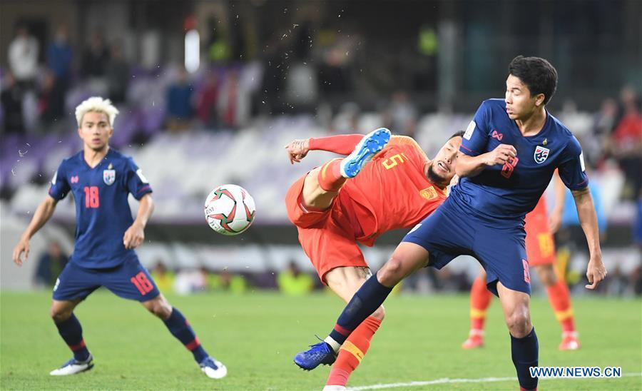 China\'s Zhang Linpeng (2nd R) vies with Thailand\'s Thitiphan Puangjan during the 2019 AFC Asian Cup round of 16 match in Al Ain, the United Arab Emirates, Jan. 20, 2019. (Xinhua/Wu Huiwo)