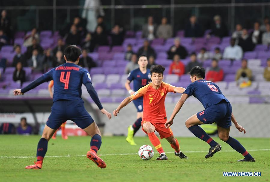 China\'s Wu Lei (C) controls the ball during the 2019 AFC Asian Cup round of 16 match against Thailand in Al Ain, the United Arab Emirates, Jan. 20, 2019. (Xinhua/Wu Huiwo)