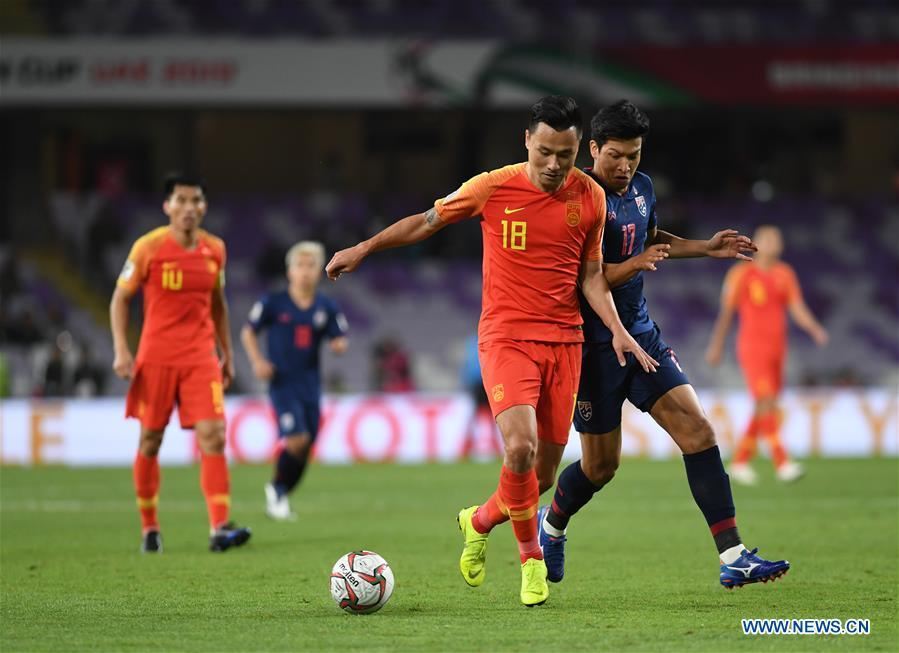 China\'s Gao Lin (2nd R) breaks through during the 2019 AFC Asian Cup round of 16 match against Thailand in Al Ain, the United Arab Emirates, Jan. 20, 2019. (Xinhua/Wu Huiwo)