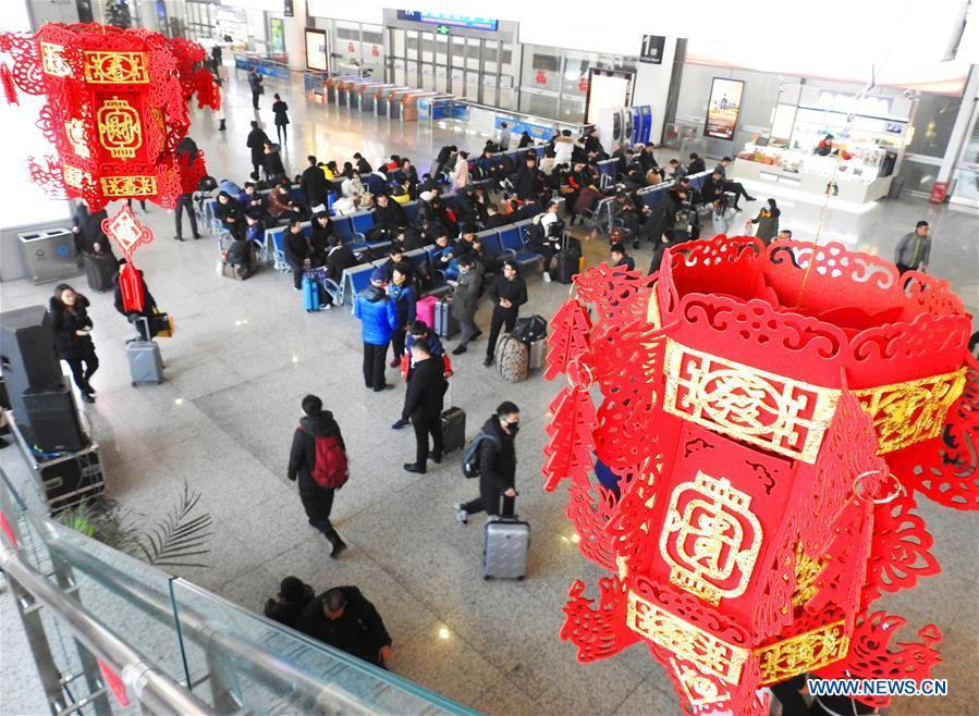 Passengers wait for trains at Xuzhou East Railway Station in Xuzhou, east China\'s Jiangsu Province, Jan. 20, 2019. The 2019 Spring Festival travel rush, known as Chunyun, starts on Jan. 21. The Spring Festival, or Chinese Lunar New Year, falls on Feb. 5 this year. (Xinhua/Geng Yuhe)