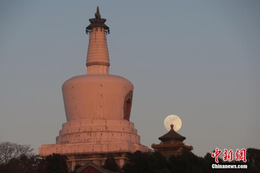 The first full moon of the new year is seen in the sky over Beihai Park in Beijing, Jan. 20, 2019. (Photo: China News Service/Sun Zifa)