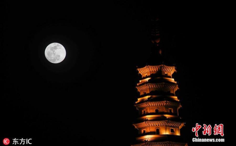 A bright moon is seen in the sky over Nengren Temple in Huai'an City, Jiangsu Province, Jan. 20, 2019. (Photo/IC)