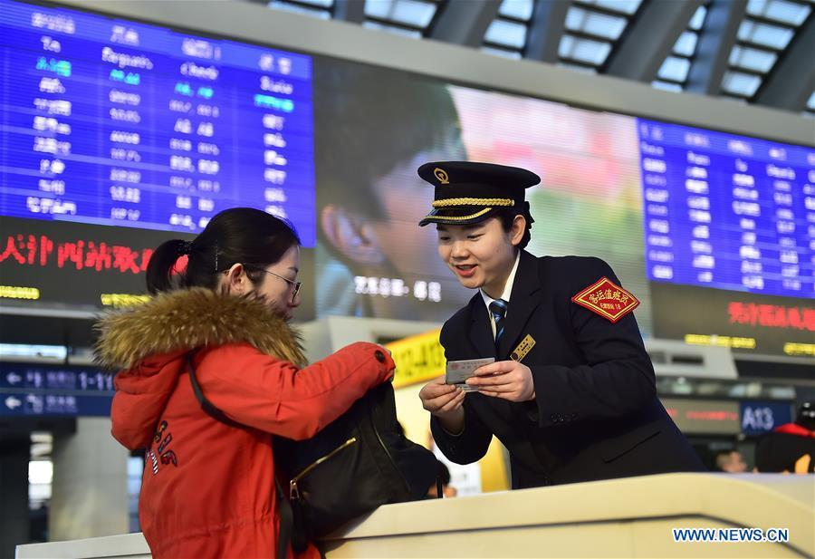 A passenger (L) consults a staff member at Tianjin West Railway Station in Tianjin, north China, Jan. 20, 2019. The 2019 Spring Festival travel rush, known as Chunyun, starts on Jan. 21. The Spring Festival, or Chinese Lunar New Year, falls on Feb. 5 this year. (Xinhua/Yang Baosen)