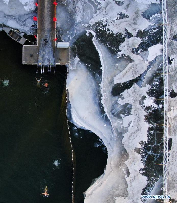 Aerial photos taken on Jan. 20, 2019 shows enthusiasts enjoying winter swimming at the Nanhu Park in Changchun, northeast China\'s Jilin Province. The Great Cold (Dahan) solar term on the Chinese lunar calendar falls on Jan. 20 this year. (Xinhua/Xu Congjun)