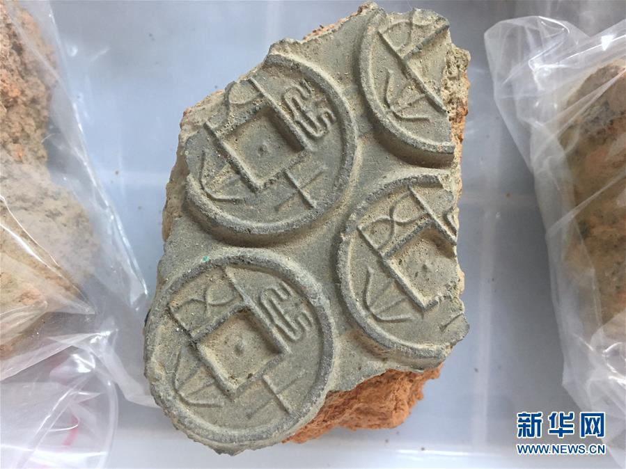 A coin mould found during an excavation at a museum in Nanyang City, Central China\'s Henan Province, Jan. 15, 2019. The museum was built at the site of a former government office in feudal China, used by local magistrates in three dynasties. Excavation at the site started in 2017 when rainstorms exposed a ceramic mould used to make coins. Excavation work over two years has uncovered more coins and moulds that date back to Wang Mang, the founder of the short-lived Xin dynasty (AD 9?25). Bai Yunxiang, a researcher with the Chinese Academy of Social Sciences said the findings provided precious historical materials for studying the coin casting industry in the Qin and Han dynasties and the social and economic system in Wang Mang\'s reign. (Photo: China News Service/Li Wenzhe)