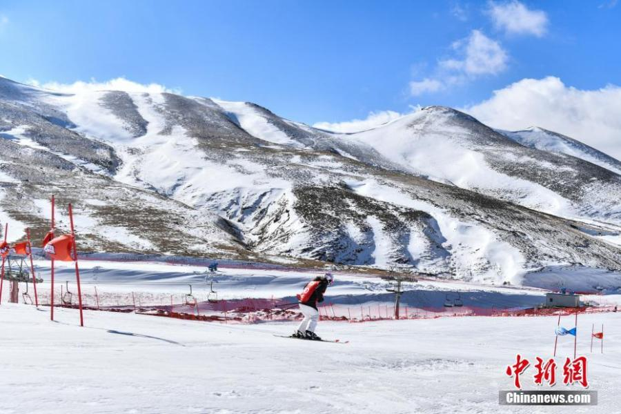 A participant competes in the Sina Cup Alpine Ski Open in Huize County, Southwest China's Yunnan Province, Jan. 22, 2019. Fifty participants joined the competition held on 3,500-meter-high Dahaicao Mountain. (Photo: China News Service/Ren Dong)