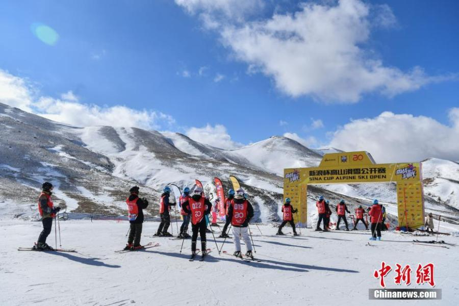Participants compete in the Sina Cup Alpine Ski Open in Huize County, Southwest China's Yunnan Province, Jan. 22, 2019. Fifty participants joined the competition held on 3,500-meter-high Dahaicao Mountain. (Photo: China News Service/Ren Dong)