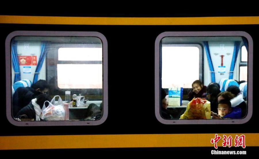 Passengers are seen onboard a train at a railway station in Yichang City, Central China's Hubei Province, Jan. 21, 2019. The Spring Festival travel rush started Monday, unleashing China\'s largest seasonal migration as families reunite for the most important traditional holiday. From Jan. 21 to March 1, nearly three billion trips will be made on China\'s transport system as people set off for family gatherings or tours. (Photo: China News Service/Huang Yuyang)