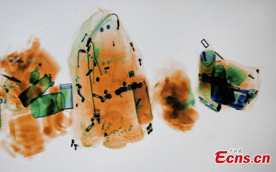 Photo taken on Jan. 22, 2019 shows passengers\' belongings in their luggage through X-Ray of the security inspection at a bus terminal in Yangzhou City, East China\'s Jiangsu Province. The Spring Festival travel rush started Monday, unleashing China\'s largest seasonal migration. (Photo: China News Service/Meng Delong)