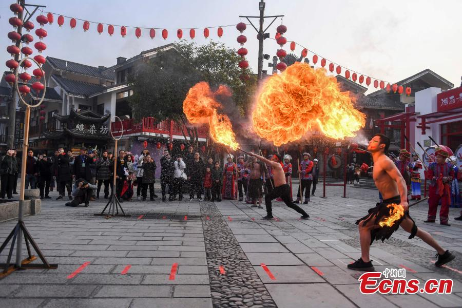 Performers present a fire stunt show at the Wulingyuan scenic area in Zhangjiajie City, Central China\'s Hunan Province, Jan. 21, 2019. Zhangjiajie, a UNESCO World Heritage Site, is known for its forest parks and Wulingyuan is famous for its more than 3,000 sandstone pillars. (Photo: China News Service/Yang Huafeng)