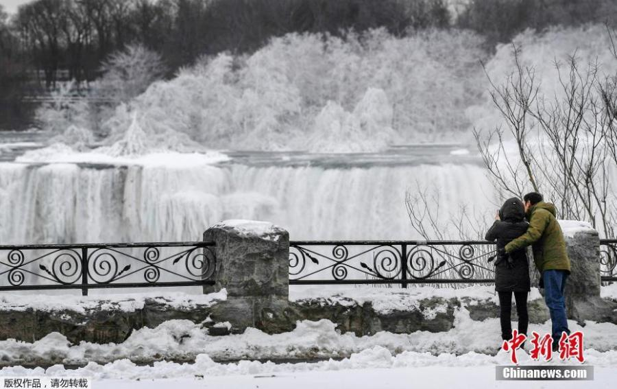 A couple takes a photo of ice, formed on the American Falls in Niagara Falls, New York, due to subzero temperatures, viewed from the Canadian side, in Niagara Falls, Ontario, Canada, Jan. 22, 2019. (Photo/Agencies)