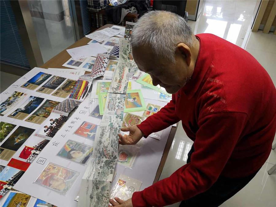 Kong Xiangming presents some of his postcards that record the 30th and 40th anniversaries of the founding of the People\'s Republic of China. (Photo/chinadaily.com.cn)  A retiree\'s collection of more than 6,000 postcards illustrates vividly China\'s history and radical transformation over the past decades.  Kong Xiangming, 70, a retired electrical engineer from Changchun, capital of northeastern China\'s Jilin Province, has collected more than 6,000 postcards over the past 48 years.  These postcards cover a wide range of themes, like China\'s reform and opening-up, the Beijing 2008 Olympic Games, and anniversaries celebrating the founding of China.  \